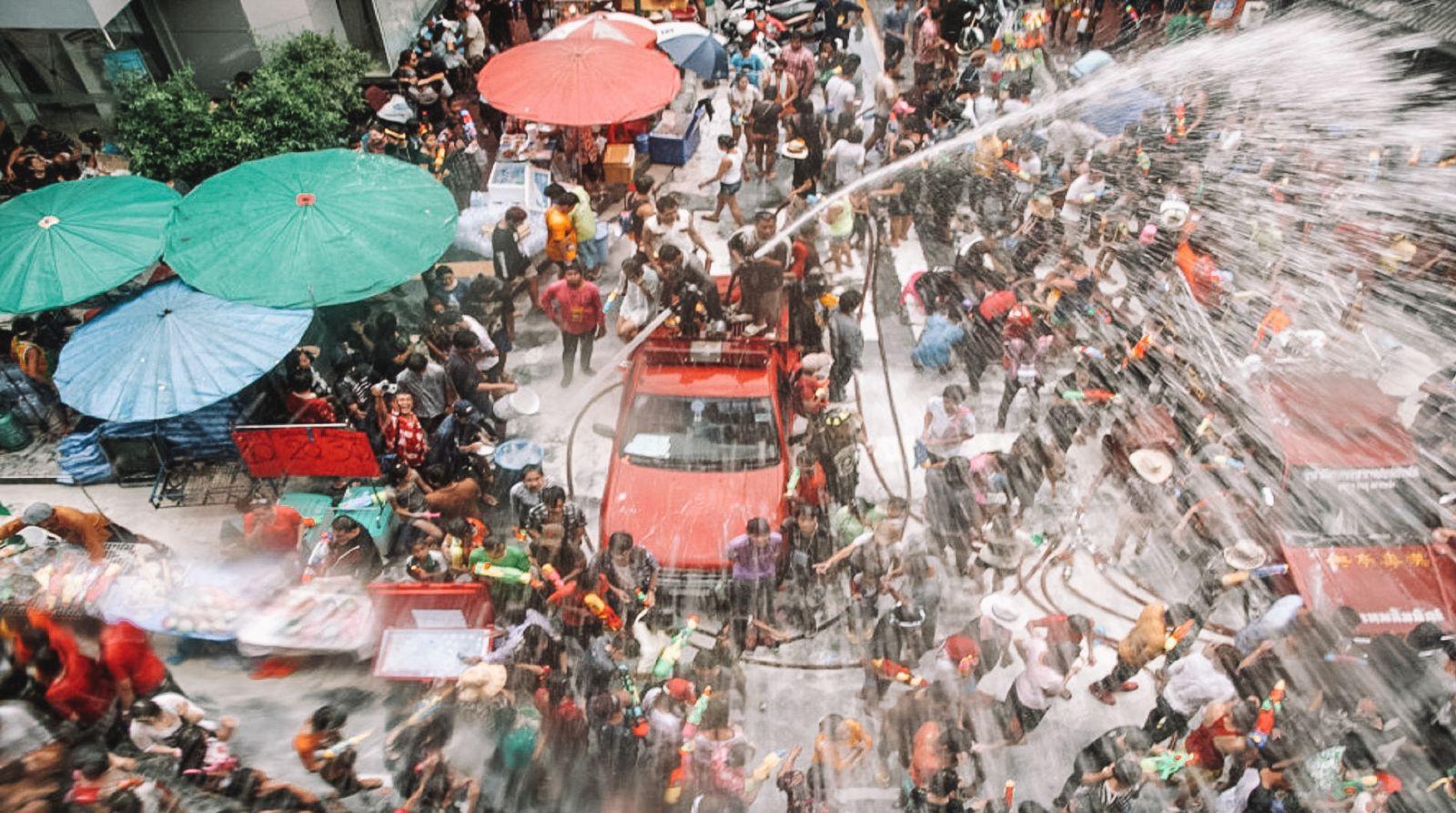 Lễ hội té nước Songkran: Đừng giữ mình khô ráo nếu muốn hưởng hạnh phúc! - Ảnh 13.