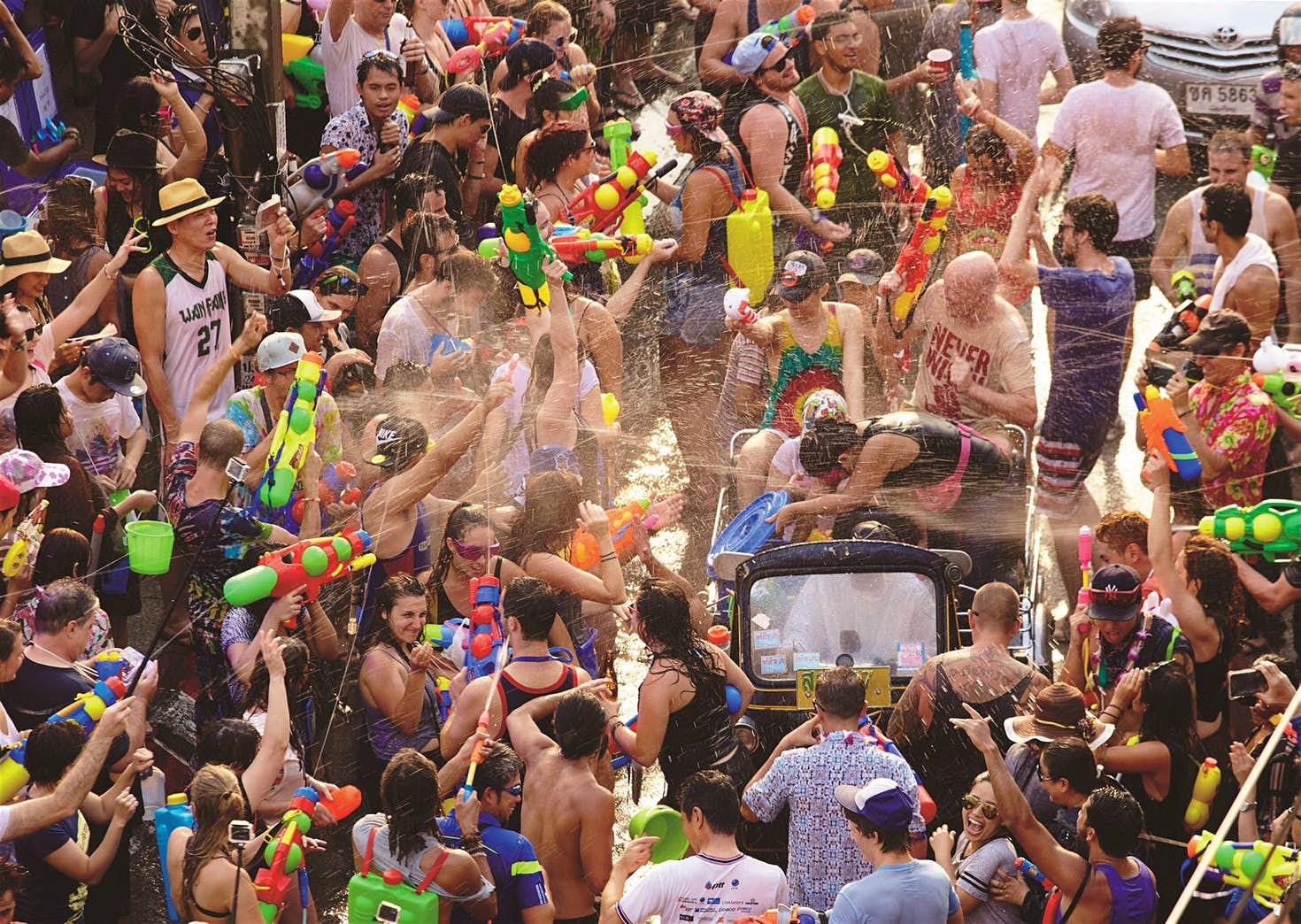 Lễ hội té nước Songkran: Đừng giữ mình khô ráo nếu muốn hưởng hạnh phúc! - Ảnh 11.