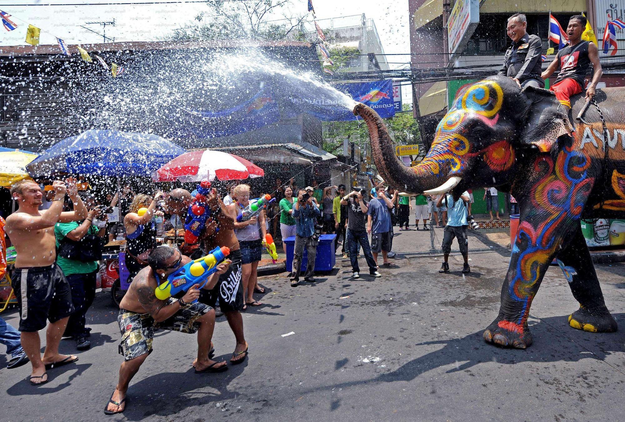 Lễ hội té nước Songkran: Đừng giữ mình khô ráo nếu muốn hưởng hạnh phúc! - Ảnh 12.