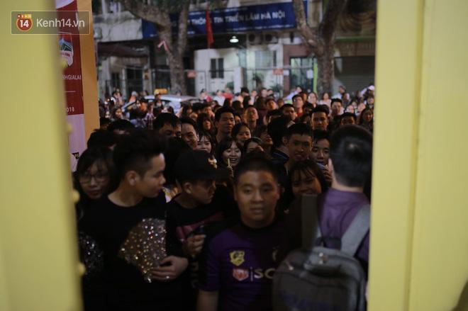 Fandom quốc dân vây chật kín lối ra, chờ gặp Duy Mạnh, Quang Hải, Đình Trọng - Ảnh 2.