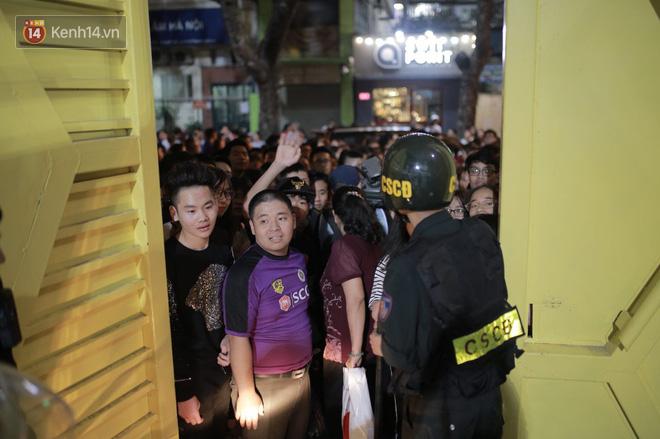 Fandom quốc dân vây chật kín lối ra, chờ gặp Duy Mạnh, Quang Hải, Đình Trọng - Ảnh 3.