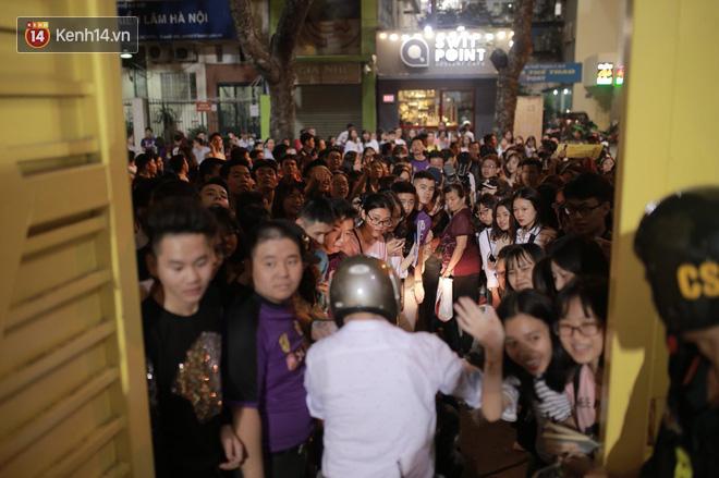 Fandom quốc dân vây chật kín lối ra, chờ gặp Duy Mạnh, Quang Hải, Đình Trọng - Ảnh 4.