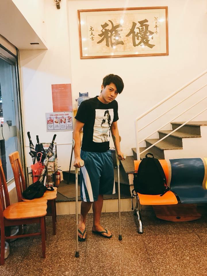 Harry Lu lại bị thương, phải chống nạng để di chuyển - Ảnh 1.