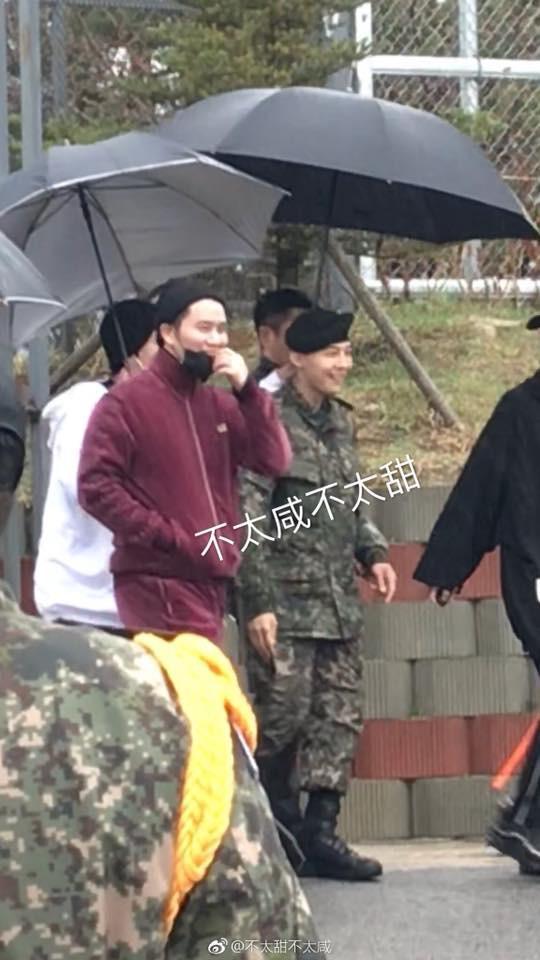 Dân tình giật mình trước loạt ảnh G-Dragon hớn hở trong quân ngũ, Sơn Tùng M-TP đi ngay cạnh? - Ảnh 2.