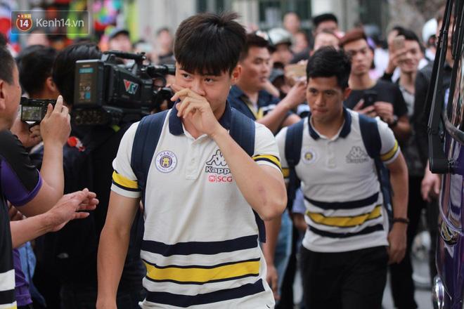 Quang Hải, Duy Mạnh tươi cười bước vào sân, sẵn sàng cho đại chiến với HAGL - Ảnh 3.
