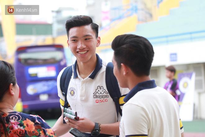 Quang Hải, Duy Mạnh tươi cười bước vào sân, sẵn sàng cho đại chiến với HAGL - Ảnh 4.