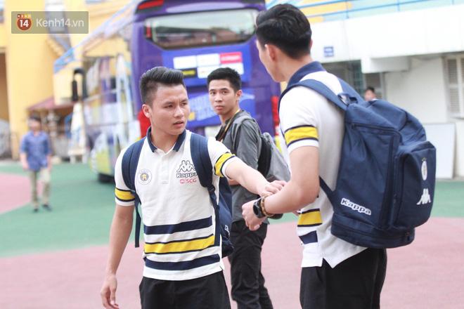 Quang Hải, Duy Mạnh tươi cười bước vào sân, sẵn sàng cho đại chiến với HAGL - Ảnh 2.