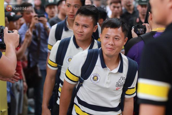 Quang Hải, Duy Mạnh tươi cười bước vào sân, sẵn sàng cho đại chiến với HAGL - Ảnh 1.