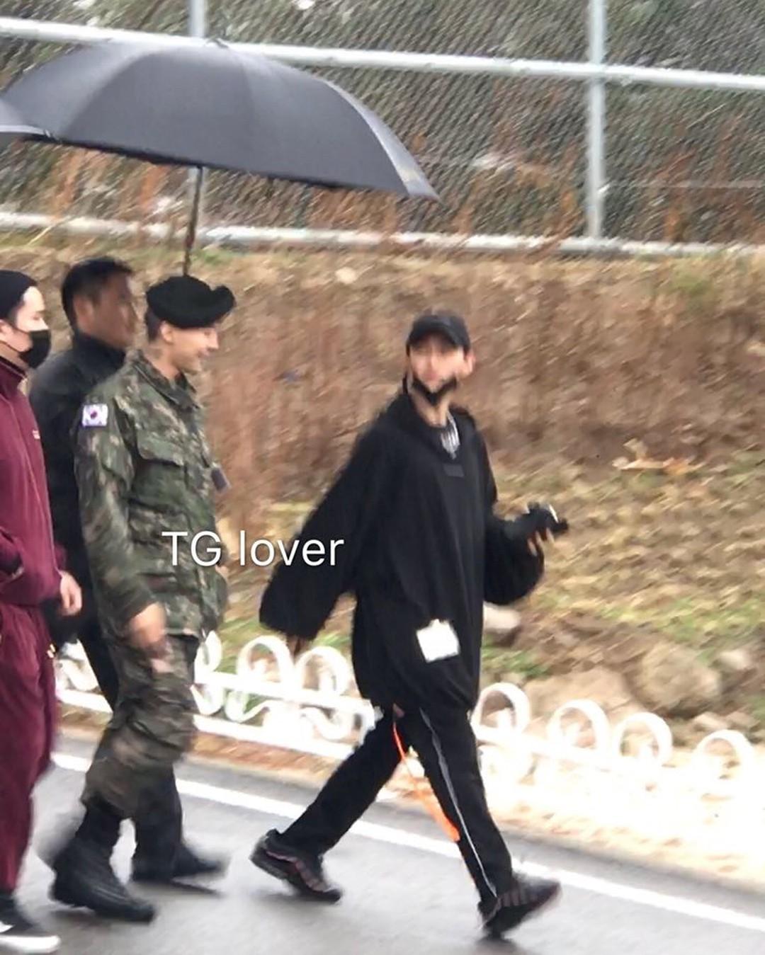 Dân tình giật mình trước loạt ảnh G-Dragon hớn hở trong quân ngũ, Sơn Tùng M-TP đi ngay cạnh? - Ảnh 4.