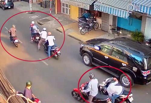 Hai thanh niên chạy Exciter xịt hơi cay tấn công hai mẹ con để cướp xe ở Sài Gòn - Ảnh 1.