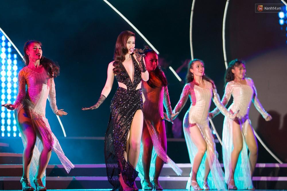 Diện váy cắt xẻ táo bạo, Đông Nhi cùng học trò Uni5 khuấy động Bán kết Hoa hậu Biển Việt Nam toàn cầu - Ảnh 10.