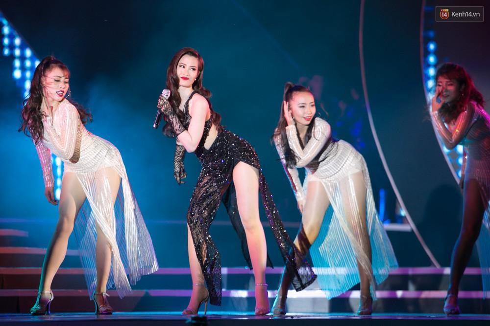 Diện váy cắt xẻ táo bạo, Đông Nhi cùng học trò Uni5 khuấy động Bán kết Hoa hậu Biển Việt Nam toàn cầu - Ảnh 9.