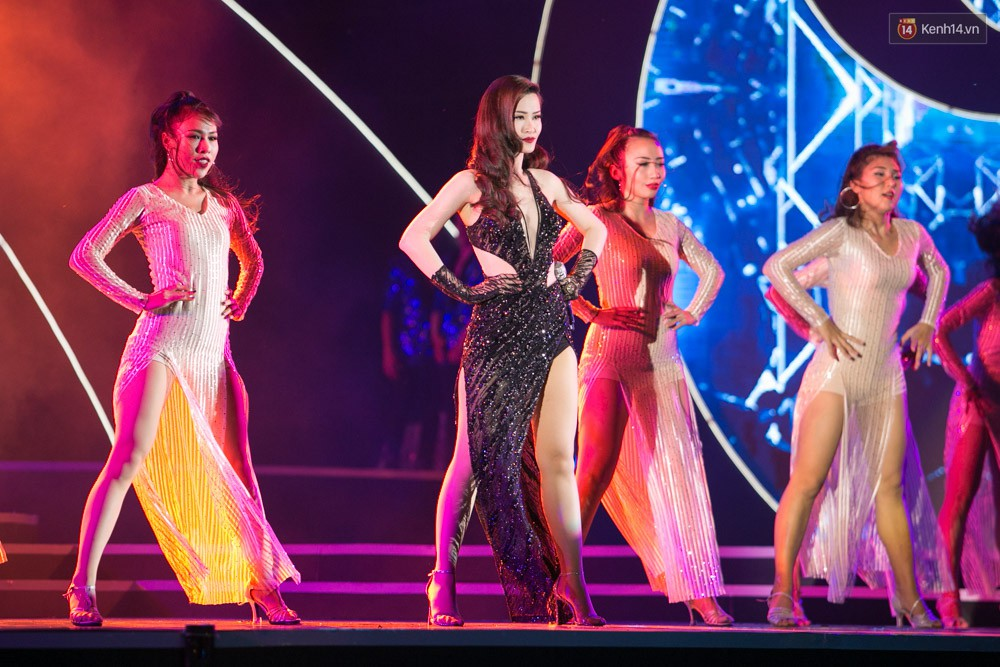 Diện váy cắt xẻ táo bạo, Đông Nhi cùng học trò Uni5 khuấy động Bán kết Hoa hậu Biển Việt Nam toàn cầu - Ảnh 8.