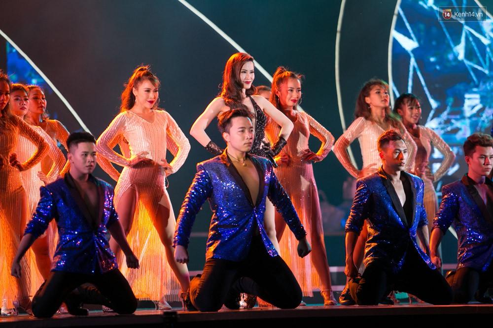 Diện váy cắt xẻ táo bạo, Đông Nhi cùng học trò Uni5 khuấy động Bán kết Hoa hậu Biển Việt Nam toàn cầu - Ảnh 5.