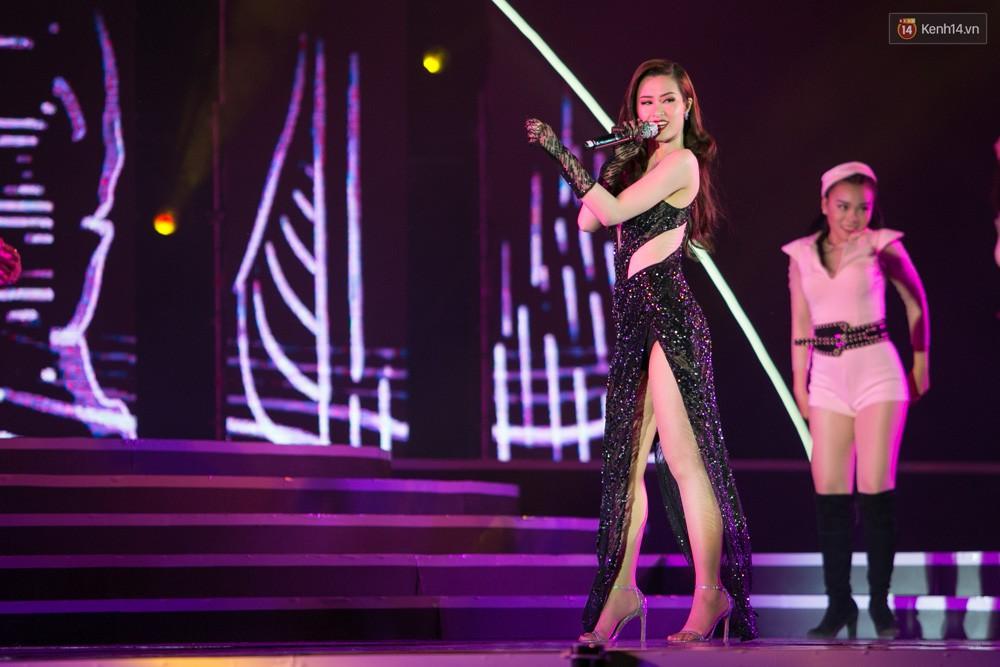 Diện váy cắt xẻ táo bạo, Đông Nhi cùng học trò Uni5 khuấy động Bán kết Hoa hậu Biển Việt Nam toàn cầu - Ảnh 4.