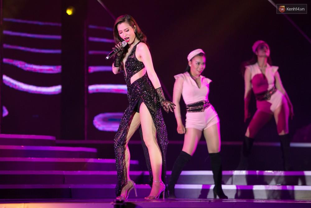 Diện váy cắt xẻ táo bạo, Đông Nhi cùng học trò Uni5 khuấy động Bán kết Hoa hậu Biển Việt Nam toàn cầu - Ảnh 3.