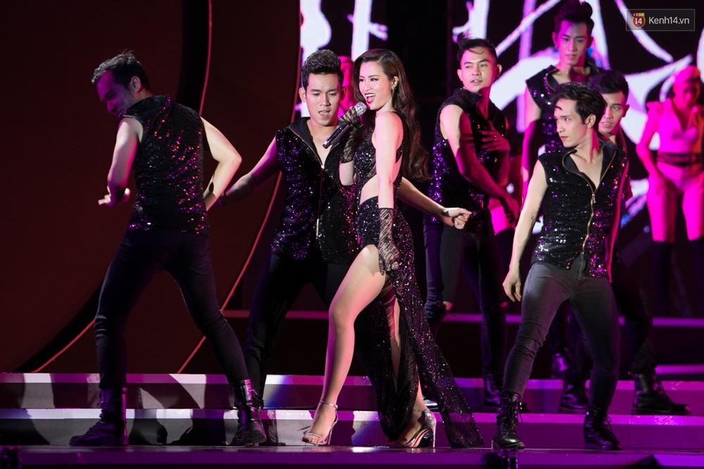 Diện váy cắt xẻ táo bạo, Đông Nhi cùng học trò Uni5 khuấy động Bán kết Hoa hậu Biển Việt Nam toàn cầu - Ảnh 2.