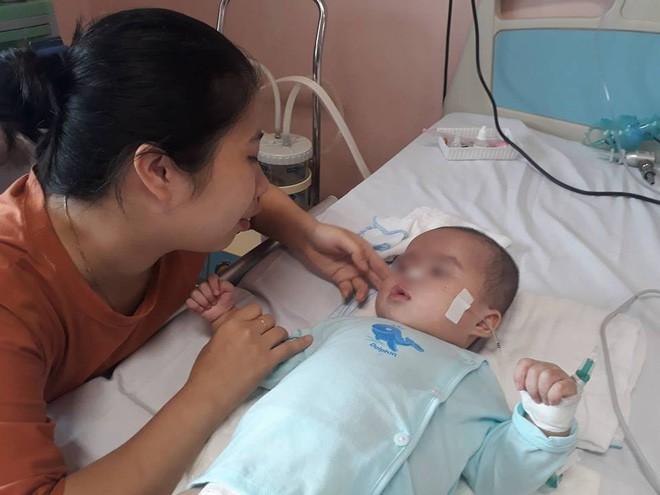 Ninh Bình: Bé gái 9 tháng tuổi ngất lịm, toàn thân tím tái sau mũi tiêm của y sĩ - Ảnh 1.