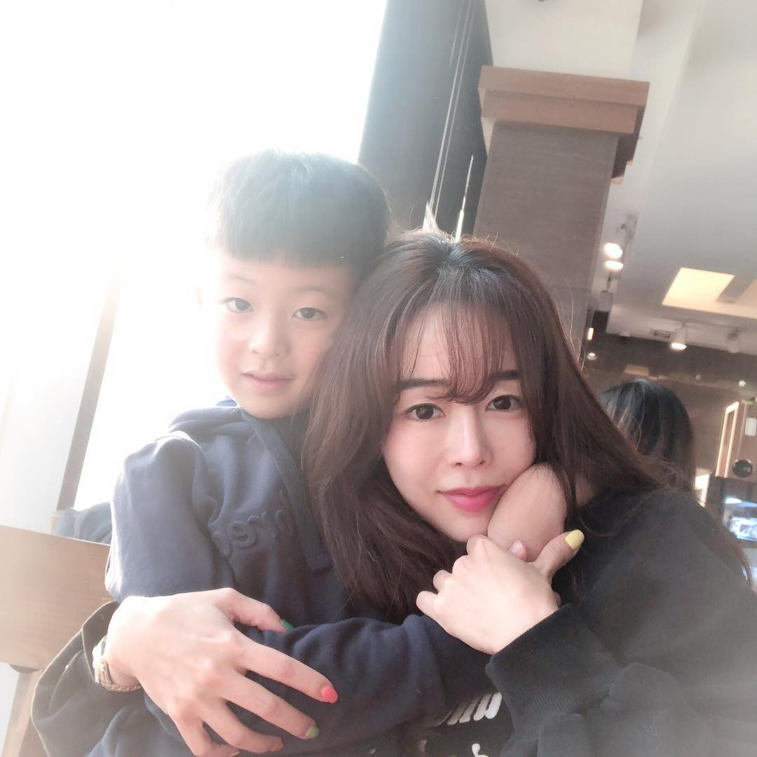 Nhan sắc trẻ trung không đùa được của bà mẹ 43 tuổi xứ Hàn khiến nhiều người tưởng mới đôi mươi - Ảnh 1.