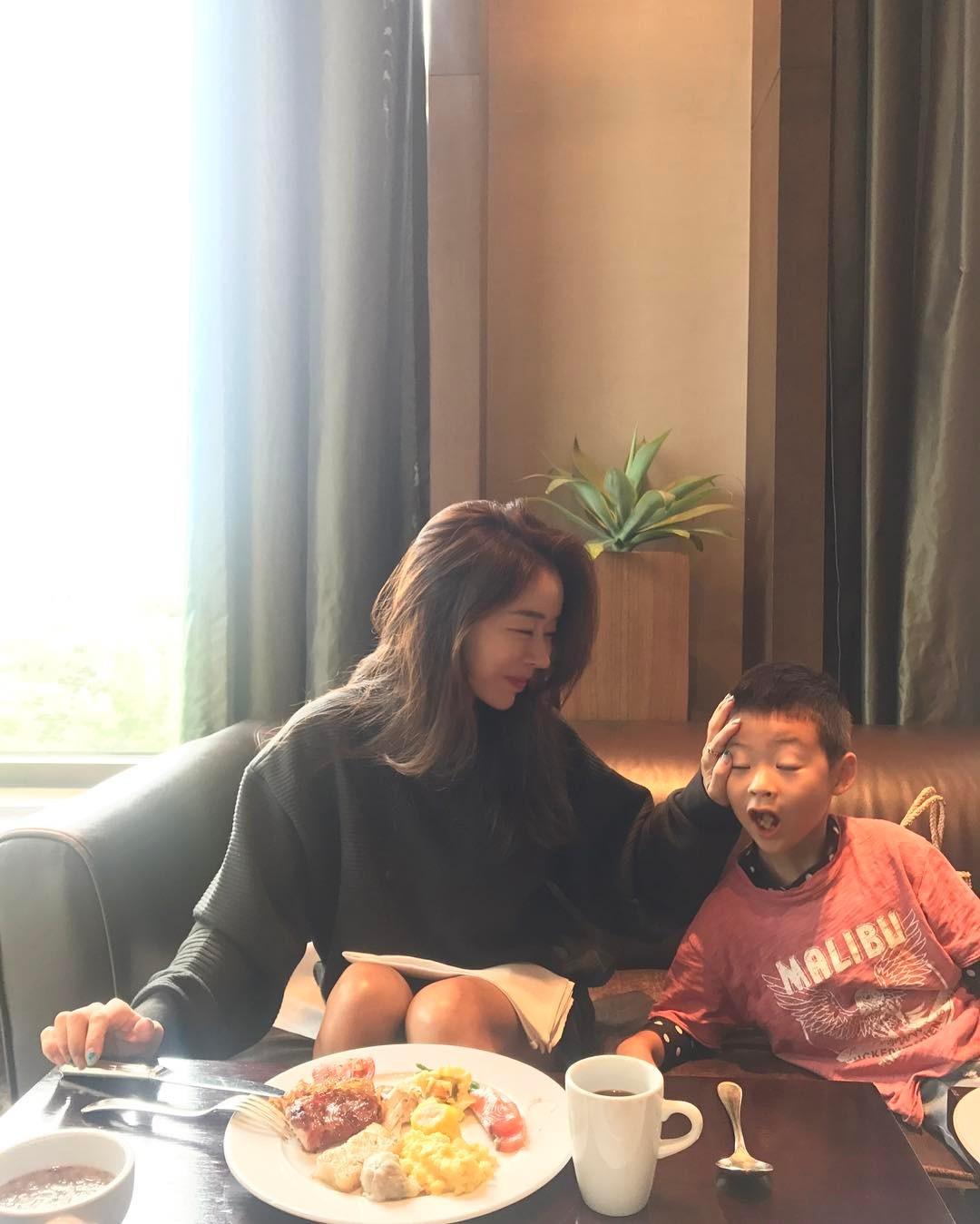 Nhan sắc trẻ trung không đùa được của bà mẹ 43 tuổi xứ Hàn khiến nhiều người tưởng mới đôi mươi - Ảnh 11.
