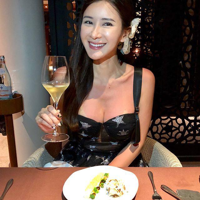 Jamie Chua - bà hoàng sở hữu nhiều túi Hermes nhất thế giới lộ nhan sắc khác lạ, cằm ngày càng dài ngoằng và nụ cười gượng gạo vô hồn - Ảnh 4.