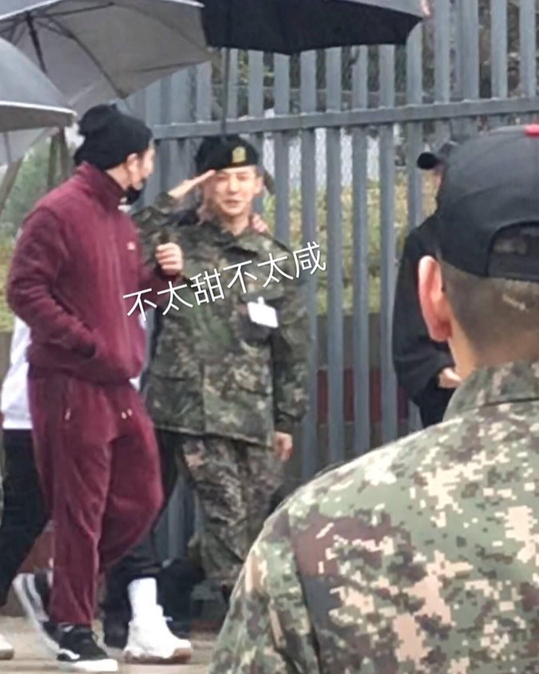 Dân tình giật mình trước loạt ảnh G-Dragon hớn hở trong quân ngũ, Sơn Tùng M-TP đi ngay cạnh? - Ảnh 1.