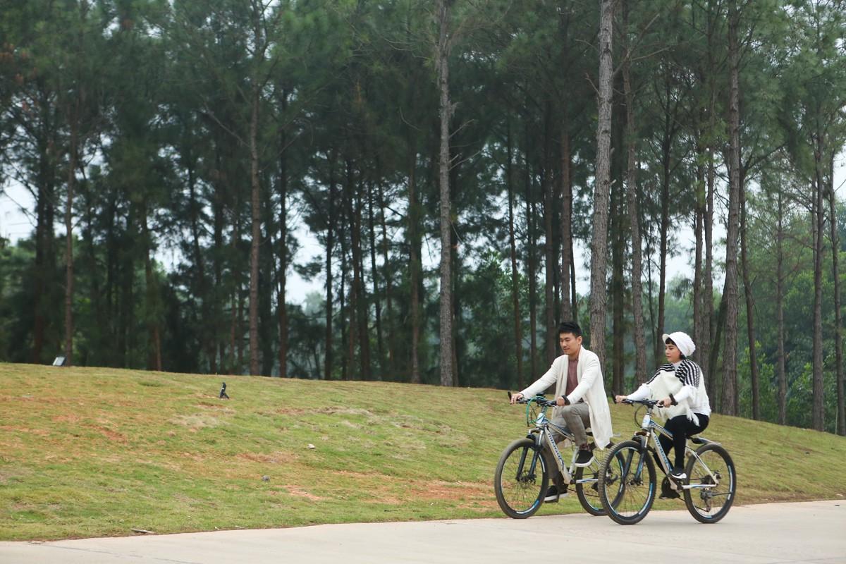 Kiều Minh Tuấn ân cần cõng Cát Phượng trong chuyến đi kỉ niệm 10 năm yêu nhau - Ảnh 3.