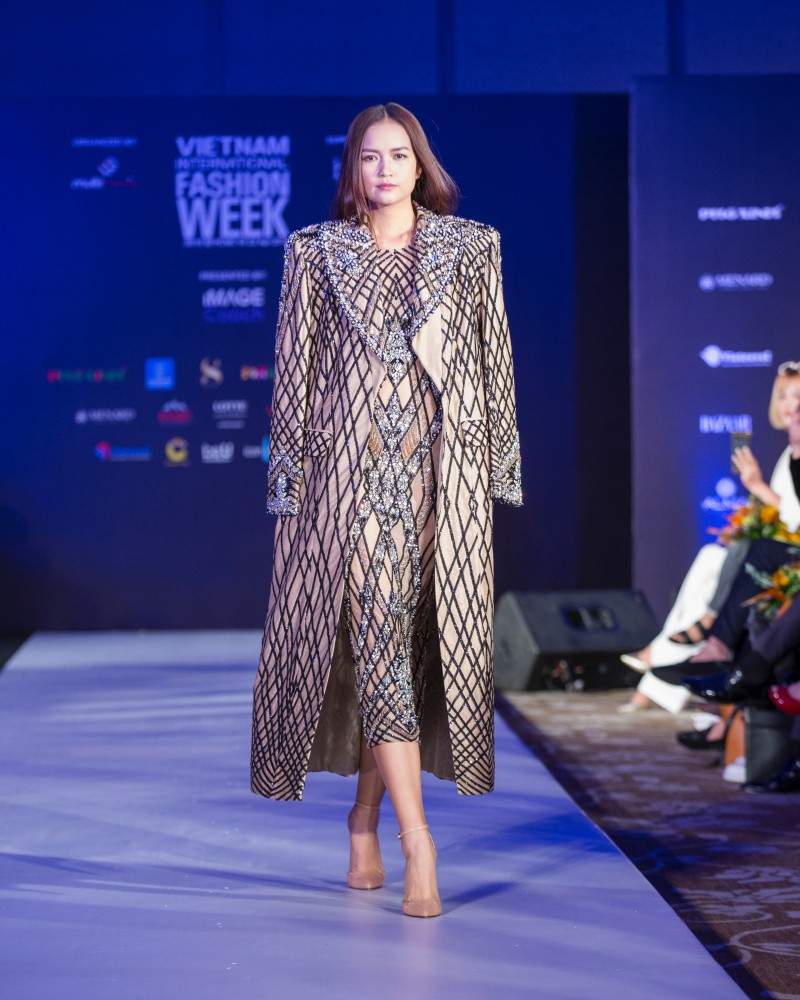 More than a week in the opening ceremony, but Vietnam International Fashion Week has revealed the new design - Photo 1.