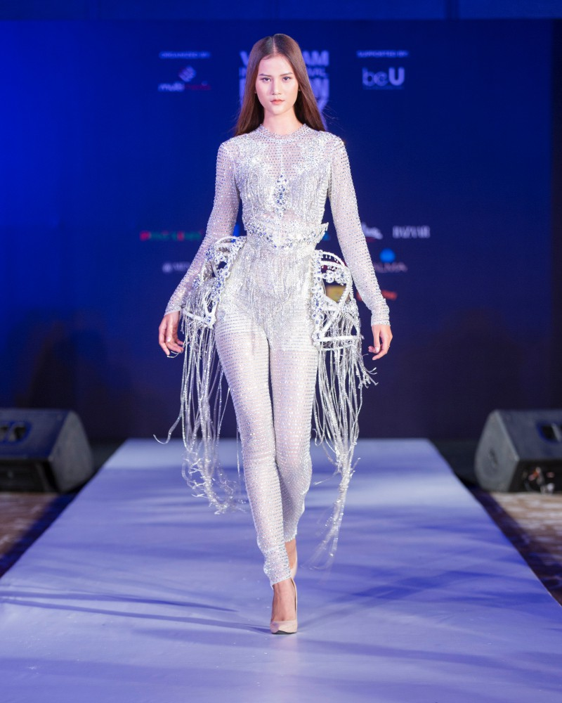 More than a week in the opening, but Vietnam International Fashion Week has revealed the new design - Photo 2.