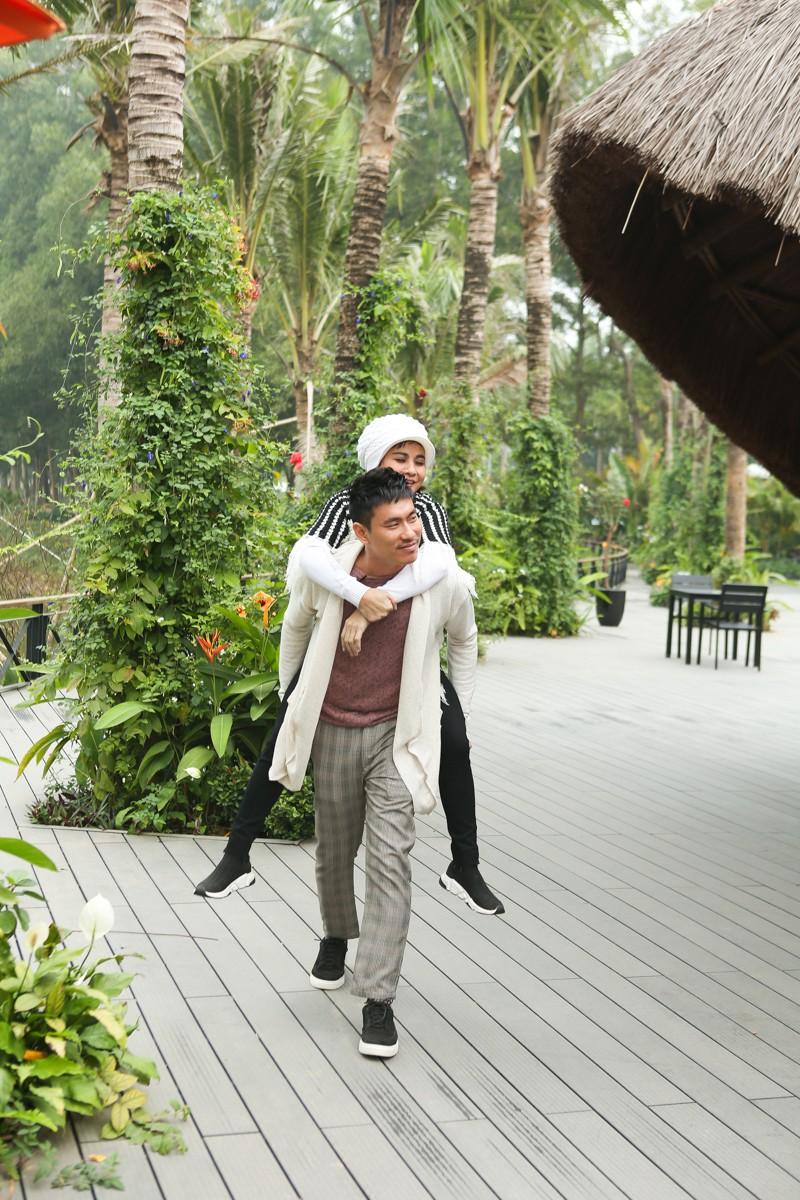 Kiều Minh Tuấn ân cần cõng Cát Phượng trong chuyến đi kỉ niệm 10 năm yêu nhau - Ảnh 8.