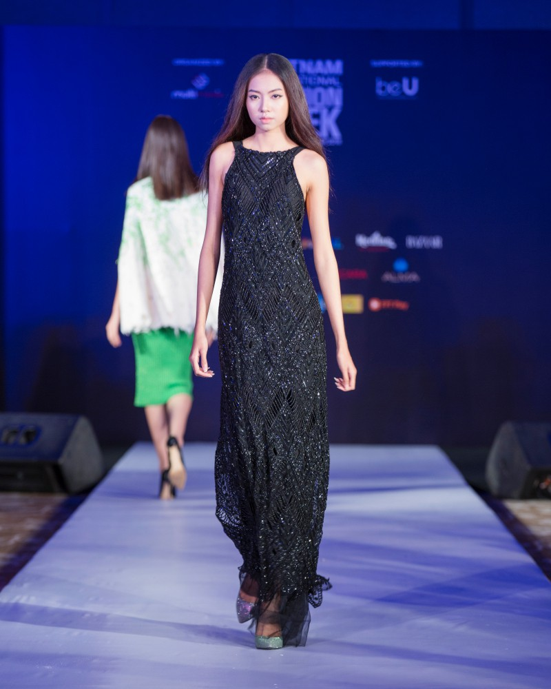 More than a week in the opening, but Vietnam International Fashion Week has revealed new designs - Photo 8.