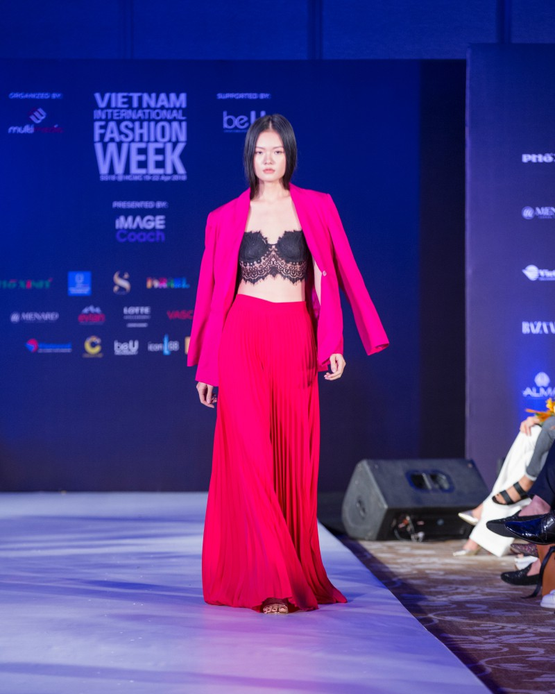 More than a week in the opening ceremony, but Vietnam International Fashion Week has revealed the new design - Photo 11.