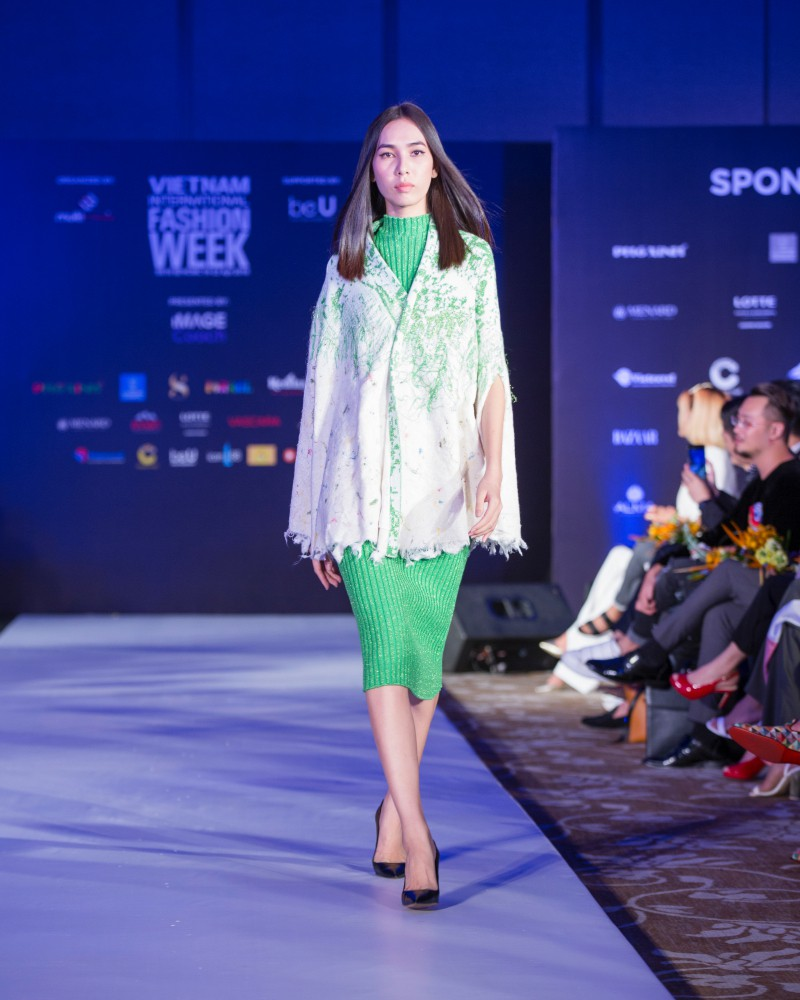 More than a week in the opening ceremony, but Vietnam International Fashion Week has revealed the new design - Photo 12.