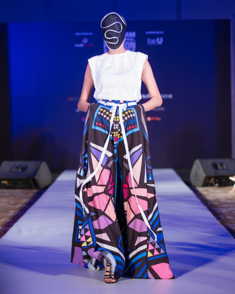 More than a week in the opening ceremony, but Vietnam International Fashion Week has revealed the new design - Photo 13.