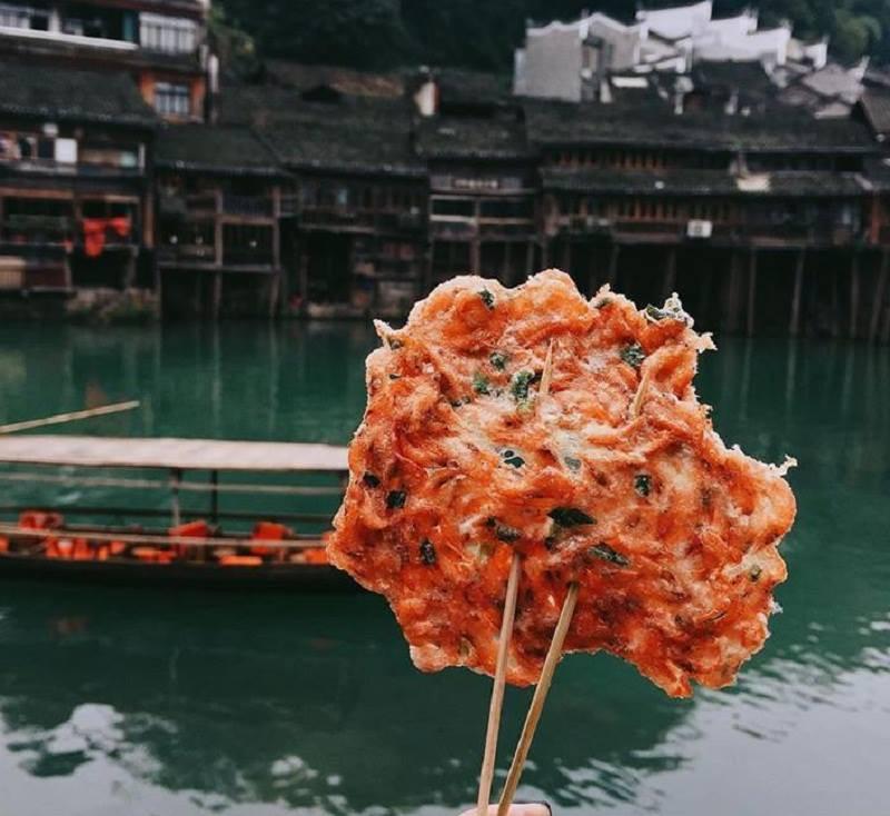 Đến Phượng Hoàng Cổ Trấn đừng chỉ mải mê chụp ảnh mà hãy thưởng thức trọn vẹn nền ẩm thực đặc sắc tại nơi đây - Ảnh 9.