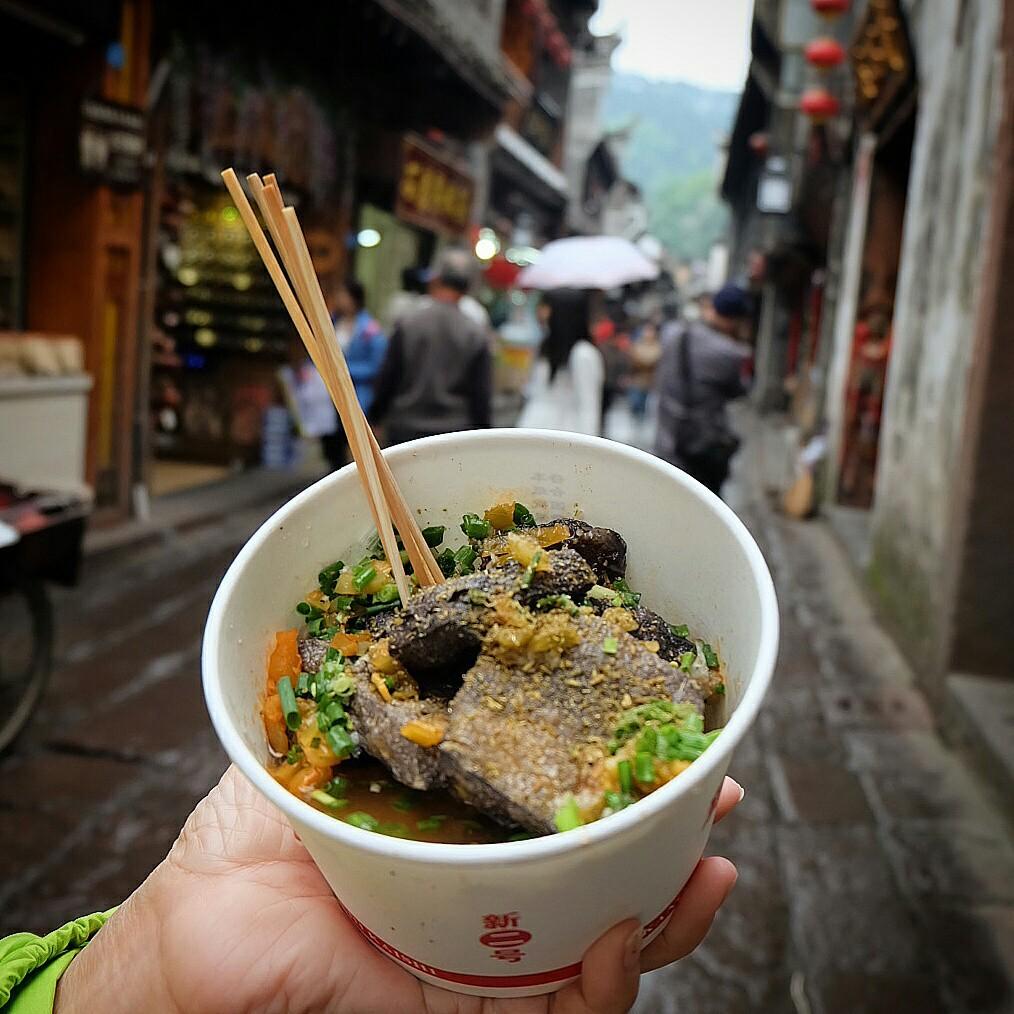 Đến Phượng Hoàng Cổ Trấn đừng chỉ mải mê chụp ảnh mà hãy thưởng thức trọn vẹn nền ẩm thực đặc sắc tại nơi đây - Ảnh 3.