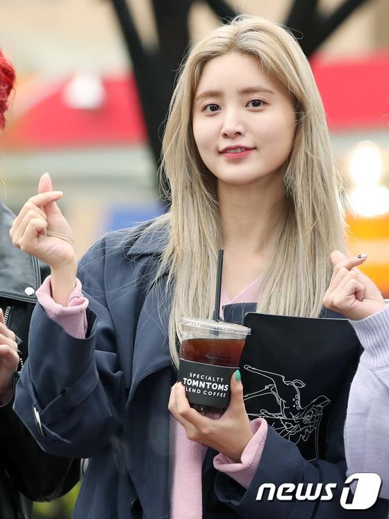 Tiên cảnh hoa anh đào tại Hàn: Mỹ nhân Hani chiếm hết spotlight, Wanna One xuất hiện cùng quân đoàn mỹ nam - Ảnh 6.
