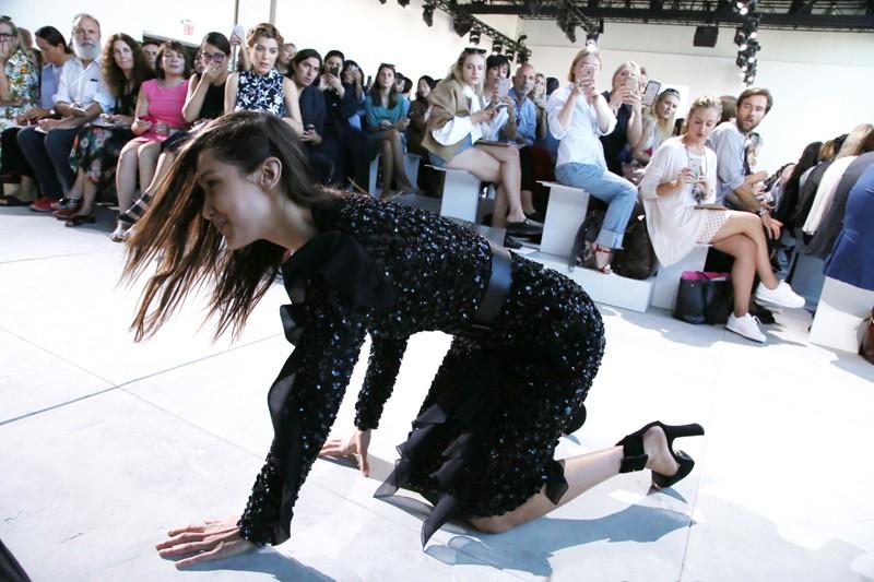 Làm phụ nữ khó lắm, luôn có nguy cơ bị ngã sấp mặt như các ngôi sao này vì đi giày cao gót - Ảnh 1.