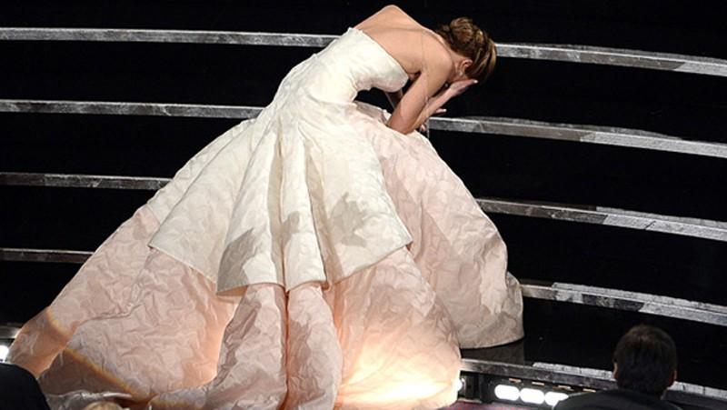 Làm phụ nữ khó lắm, luôn có nguy cơ bị ngã sấp mặt như các ngôi sao này vì đi giày cao gót - Ảnh 11.