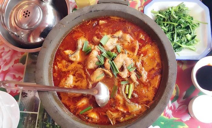 Đến Phượng Hoàng Cổ Trấn đừng chỉ mải mê chụp ảnh mà hãy thưởng thức trọn vẹn nền ẩm thực đặc sắc tại nơi đây - Ảnh 1.