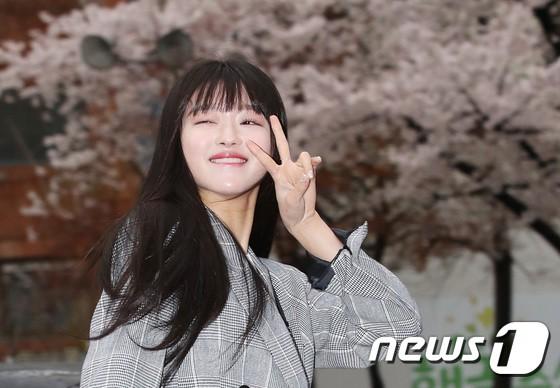 Tiên cảnh hoa anh đào tại Hàn: Mỹ nhân Hani chiếm hết spotlight, Wanna One xuất hiện cùng quân đoàn mỹ nam - Ảnh 22.