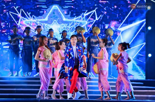 Diện váy cắt xẻ táo bạo, Đông Nhi cùng học trò Uni5 khuấy động Bán kết Hoa hậu Biển Việt Nam toàn cầu - Ảnh 16.