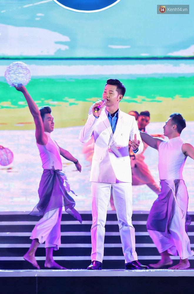 Diện váy cắt xẻ táo bạo, Đông Nhi cùng học trò Uni5 khuấy động Bán kết Hoa hậu Biển Việt Nam toàn cầu - Ảnh 17.