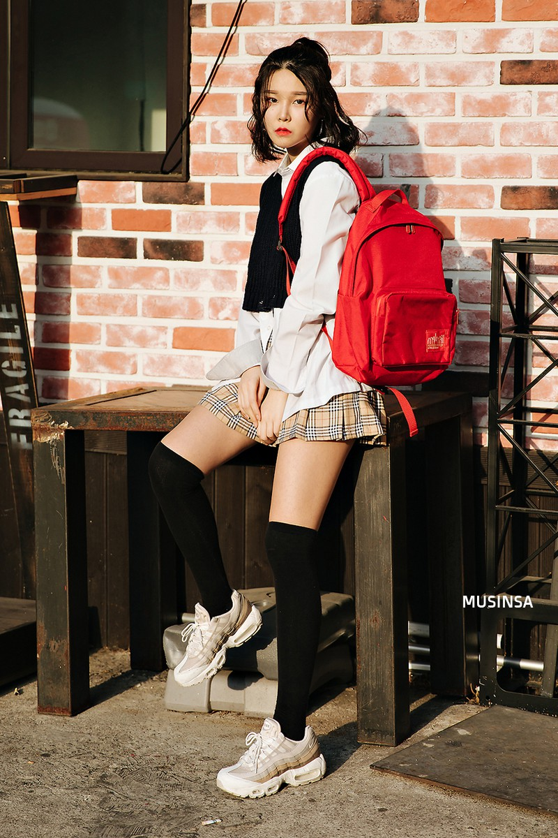 Xem ảnh xong, bạn sẽ chẳng thiết sắm đồ cầu kỳ nữa mà chỉ muốn diện toàn đồ basic như giới trẻ Hàn - Ảnh 11.