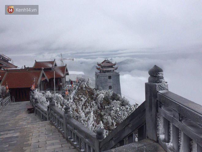 Chùm ảnh: Tuyết rơi mùa hè phủ trắng xóa đỉnh Fansipan đúng ngày Lễ hội Hoa đỗ quyên thơ mộng - Ảnh 1.