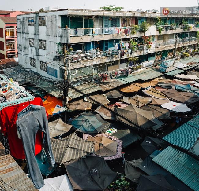 Chùm ảnh: Cuộc sống của những người hơn 4 thập kỷ bên trong các chung cư hạng C giữa Sài Gòn - Ảnh 1.