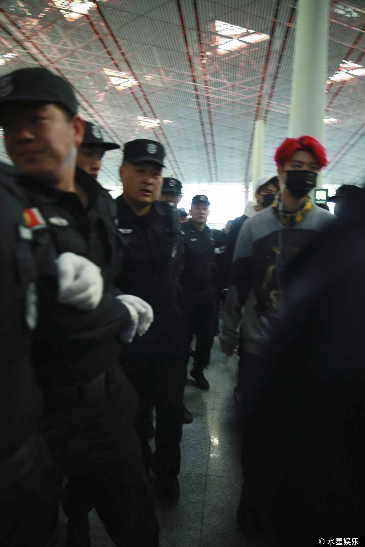 Hơn 10 bảo vệ được huy động để đảm bảo an toàn cho em trai Phạm Băng Băng vì quá hot tại sự kiện - Ảnh 1.