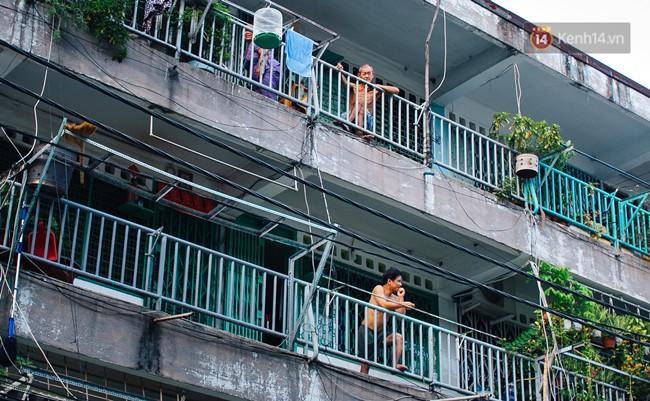 Chùm ảnh: Cuộc sống của những người hơn 4 thập kỷ bên trong các chung cư hạng C giữa Sài Gòn - Ảnh 2.