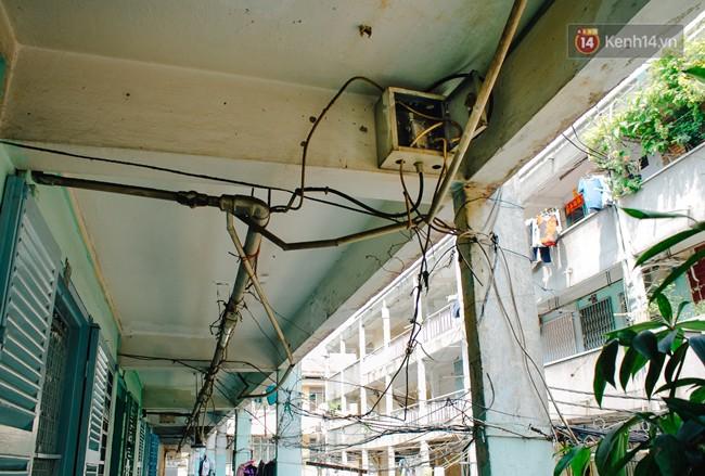 Chùm ảnh: Cuộc sống của những người hơn 4 thập kỷ bên trong các chung cư hạng C giữa Sài Gòn - Ảnh 7.