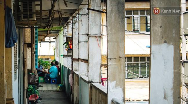 Chùm ảnh: Cuộc sống của những người hơn 4 thập kỷ bên trong các chung cư hạng C giữa Sài Gòn - Ảnh 3.